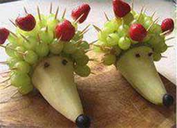 Груши - 2 штуки; Виноград зеленый - 2 грозди; Клубника - 4 штуки;  Черешня/ вишня - 3 штуки; Виноград темный - 3 штуки;