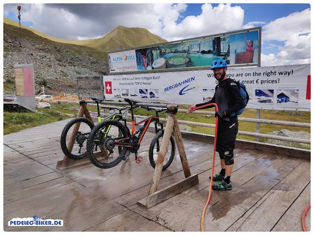 Bevor es mit dem eMTB in die Seilbahn geht, werden die Bikes gesäubert.