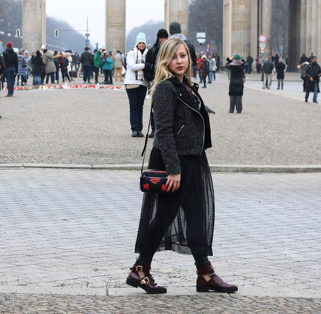 Berlin Fashion Week Look ootd Mode Blogger Fashion Blog Trend schwarzes Maxi Kleid Moschino Bag Cut Out Boots