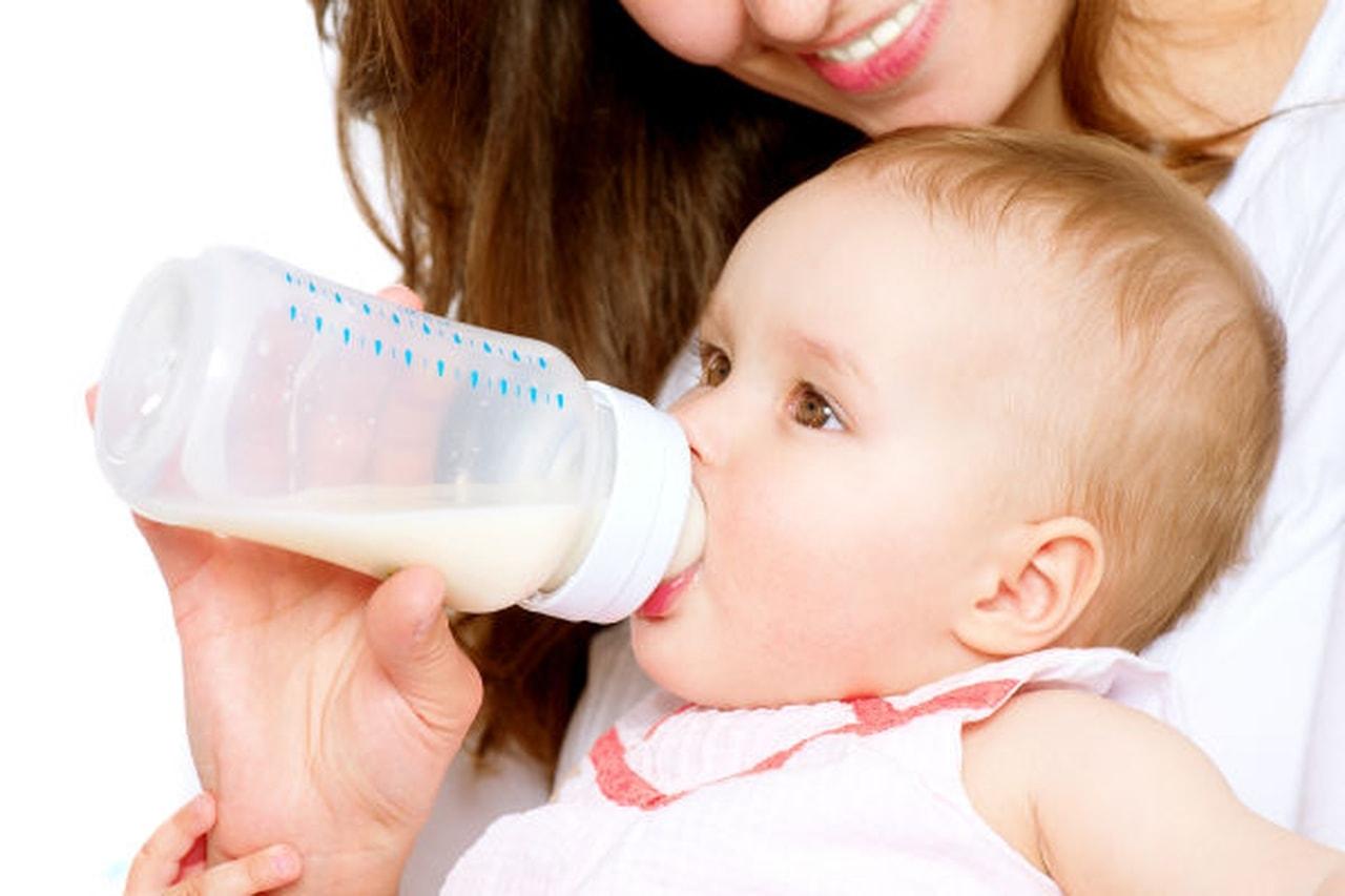 bebê mamando mamadeira-maternidade-mães-e-filhos-família-amor-recém-nascido-bebê-leite-materno-amamentação