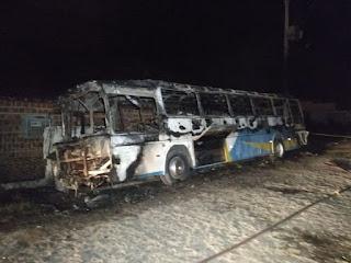 Ônibus pega fogo em João Pessoa; PM suspeita que ação foi criminosa