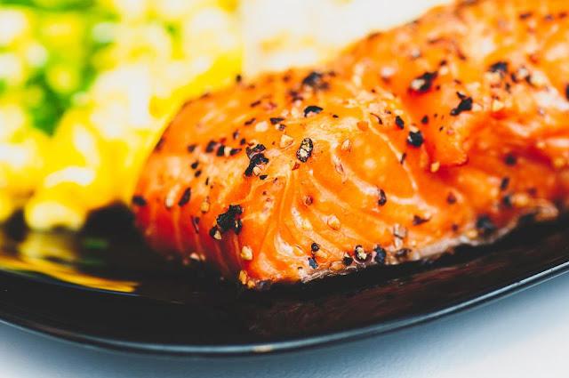 Salmone alla griglia con spinaci e tagliatelle verdi.