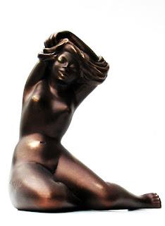 Sculpture en résine Marguerite se déshabille