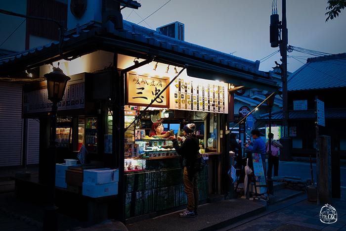échoppe de rue dans le quartier arashiyama au crepuscule