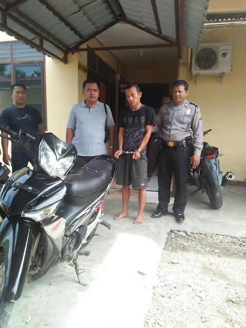 Tersangka pelaku curanmor dan lembu di Labura saat di kantor polisi.