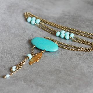 https://www.alittlemarket.com/collier/fr_sautoir_cabochon_turquoise_et_or_a_breloques_-19104284.html
