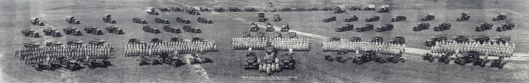 Photo panoramique de véhicules du 68th Field Artillery Mechanized à Fort Knox prise par Eugene O. Goldbeck en 1938