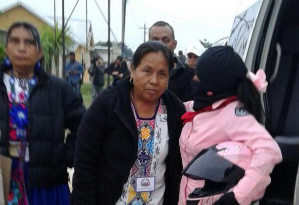 Marichuy acompañada de un integrante del Escuadrón Motorizado Zapatista en la salida de Las Margaritas a Guadalupe Tepeyacl