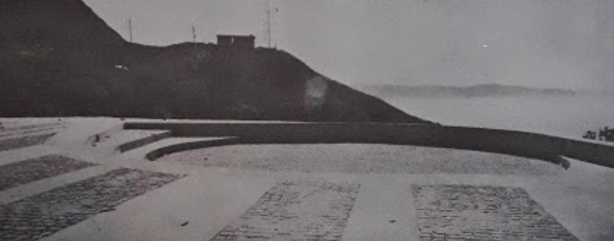 """Foto antiga sem data (1976?) captada do livro """"Cadernos brasileiros de Arquitetura"""" que mostra o anfiteatro menor do PEJ localizado no topo do Pico do Jaraguá"""