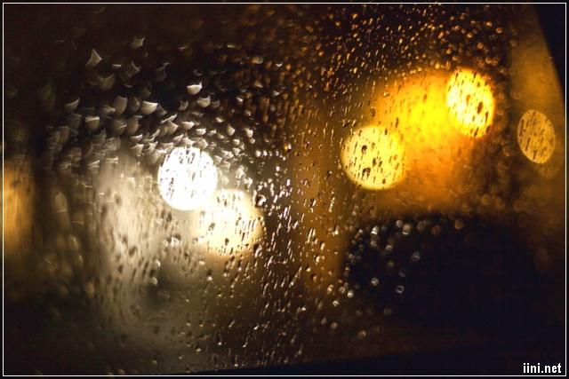ảnh mưa đêm bên ngoài cửa kính