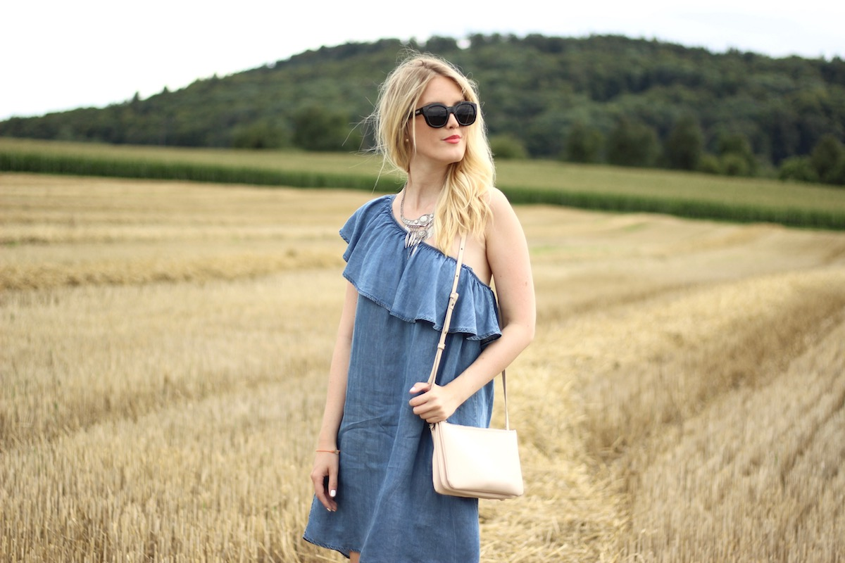Fashion Outfit Look Fashionblog Stuttgart www.theblondelion.com Denim Dress Offshoulder One Shoulder Trio Bag