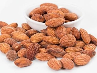 Kacang almond yang renyah ini cocok dijadikan camilan saat kerja.