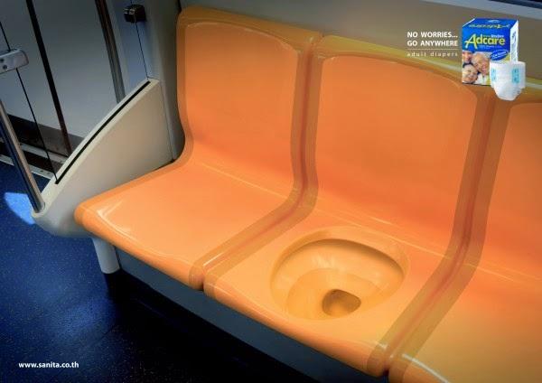 Mingitorio en un vagón del metro publicidad de pañales para adulto.