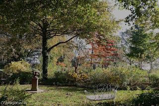 banc fer blanc jardin d'automne