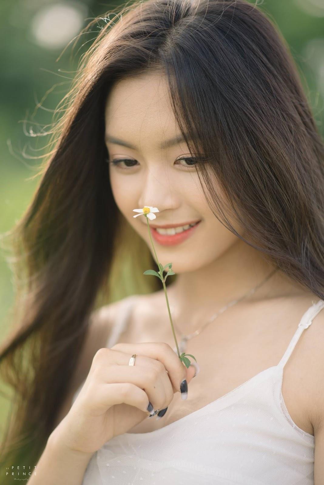 Lơ thơ, những cánh hoa lơ thơ, gió thu về...