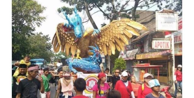 Nasionalisme Tingkat Tinggi !!! Patung Naga Cengkram Garuda Hiasi HUT RI 72