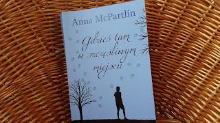 """Słodko - gorzka droga do szczęścia, czyli recenzja powieści """"Gdzieś tam, w szczęśliwym miejscu"""" Anny McPartlin."""
