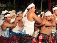 Ribuan Warga Bali Saksikan Detik-detik Dewa Aji Tapakan Bangun dari Kuburnya