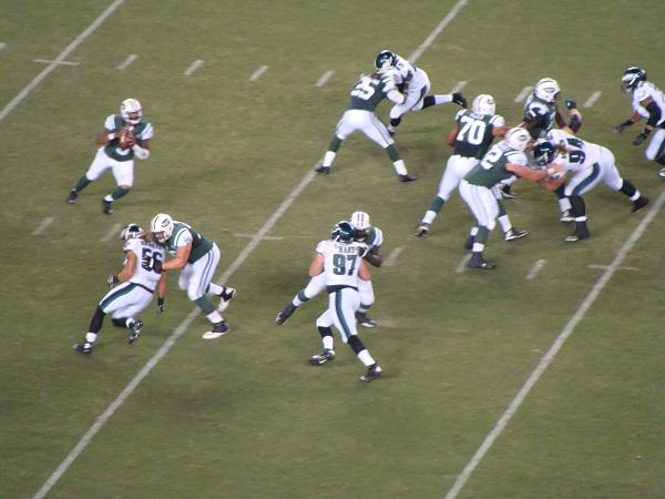 Ein Angriff der New York Jets wird durch die Defense der Eagles unterbunden