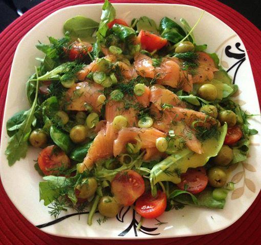Sałatka z wędzonym łososiem z cytrynowym vinaigrette