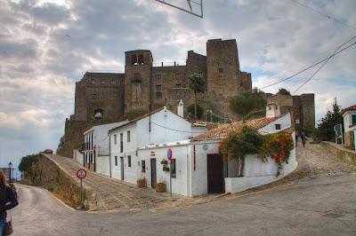 Widok na pozostałości zamku w Castellar de la Frontera
