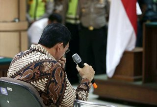Di depan Majelis sidang Pengadilan Negeri Jakarta Utara Ahok mengaku terbawa ingatan masa lalu ketika mengingat mendiang ayah kandungnya yang diakuinya sangat menghormati Agama Islam