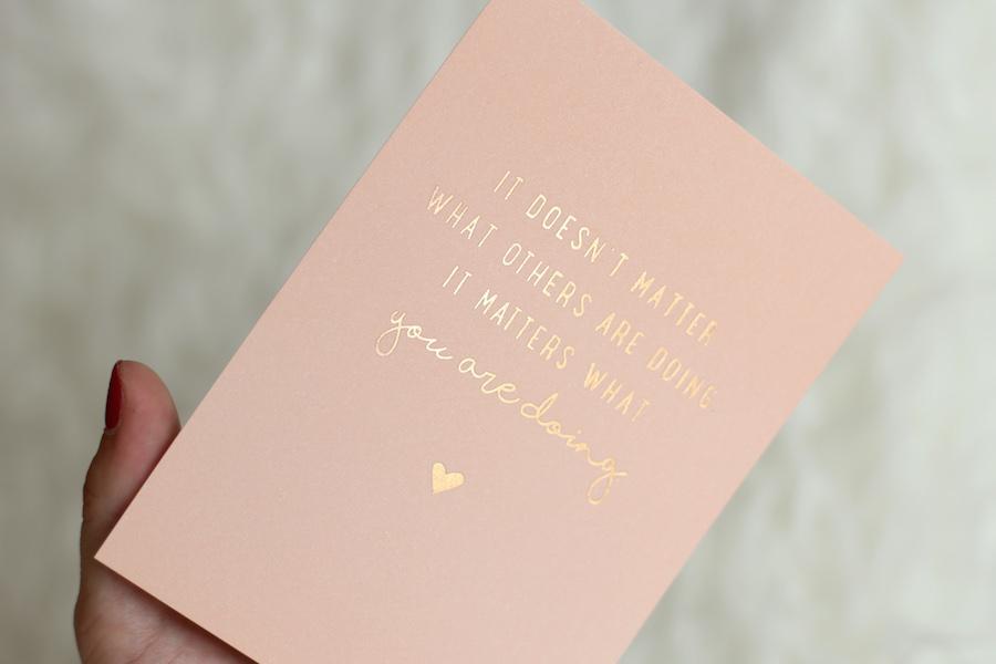 rosegoldene Postkarte