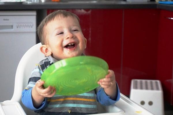 szczęśliwe dziecko przy jedzeniu, niejadek
