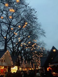 Blick auf den Neumarkt Weihnachtsmarkt in Köln mit seinen Buden