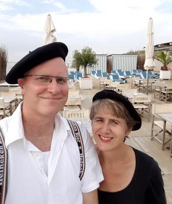 sneltekenaars Hugo en Marion met alpinopet op starndtent terras