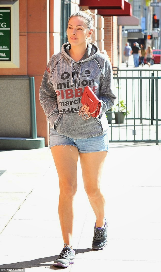 Kelly Brook flaunts legs in short denim hotpants photo 1