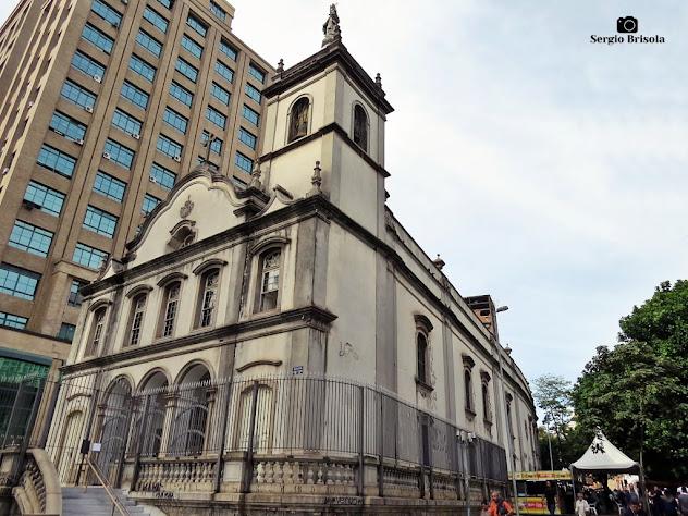 Vista ampla da fachada e lateral da Igreja Nossa Senhora do Carmo - Sé - São Paulo