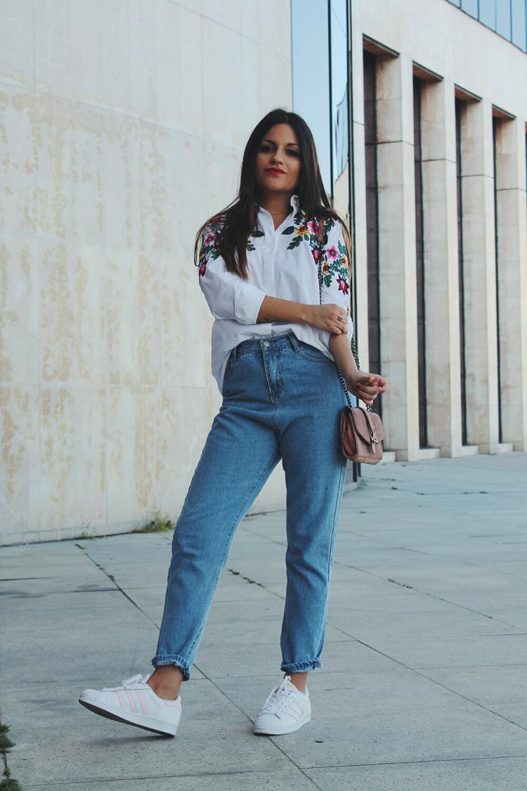 Blog de moda outfit con vaqueros y camisa de flores bordada