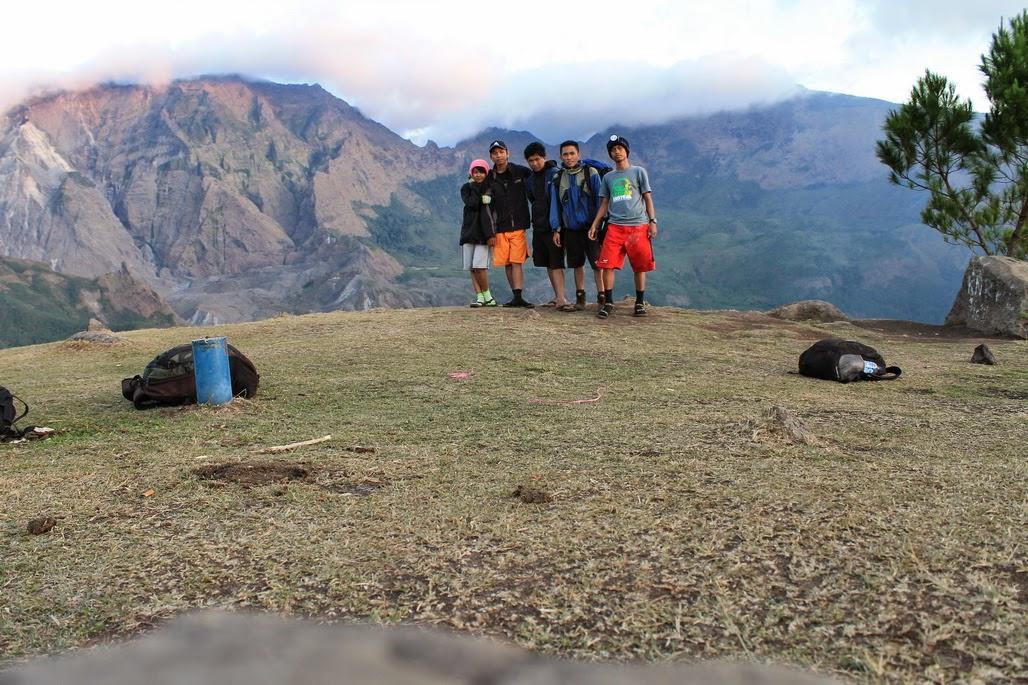 Perjalan menuju lembah ramma pakai celana pendek cewek cantik ikut mendaki