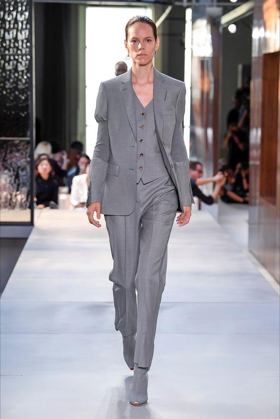 065bb0cf9e8e Burberry propone il classico tailleur pantalone da donna in carriera:  grigio, minimal e morbido