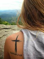 tatuaje de cruz y referencia a la biblia