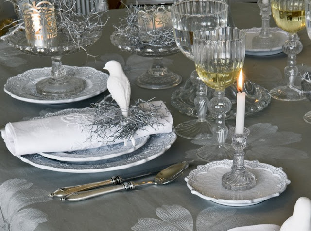Winter Wonderland Table Setting, via Art et Decoration as seen on linenandlavender.net