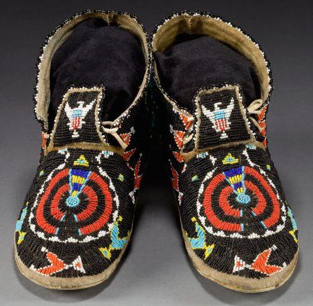 indiańskie mokasyny haftowane koralikami
