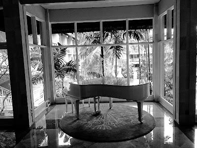 piano hitam putih