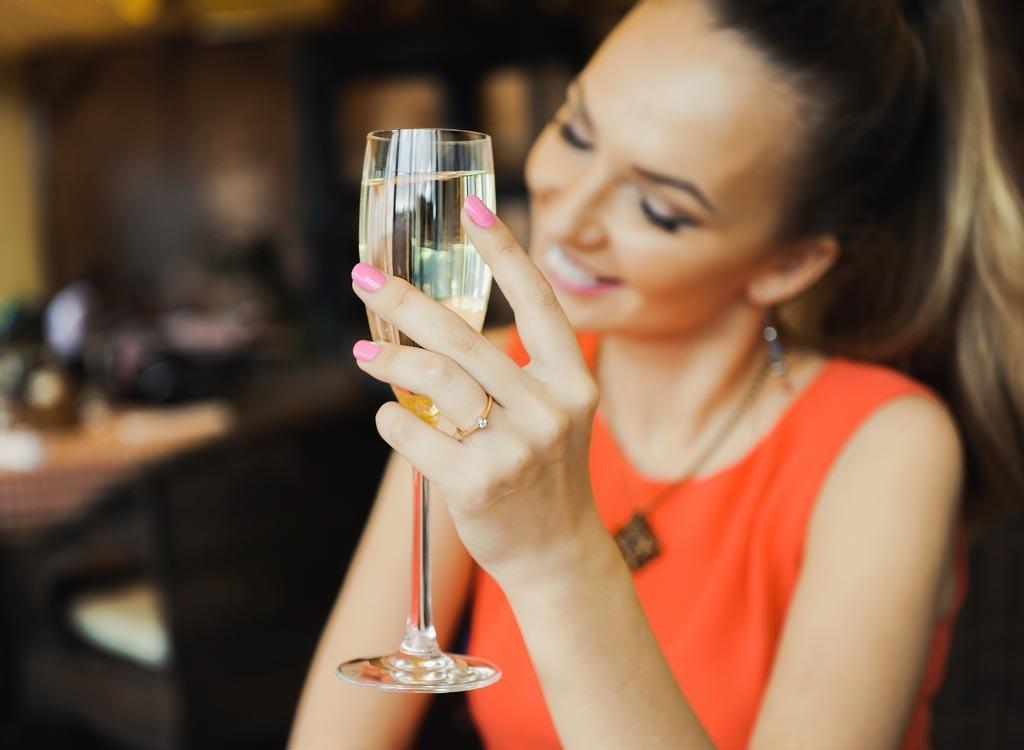 Οι γυναίκες είναι πιο ευτυχισμένες όταν πίνουν λευκό κρασί, αποκαλύπτει μία μελέτη!!!