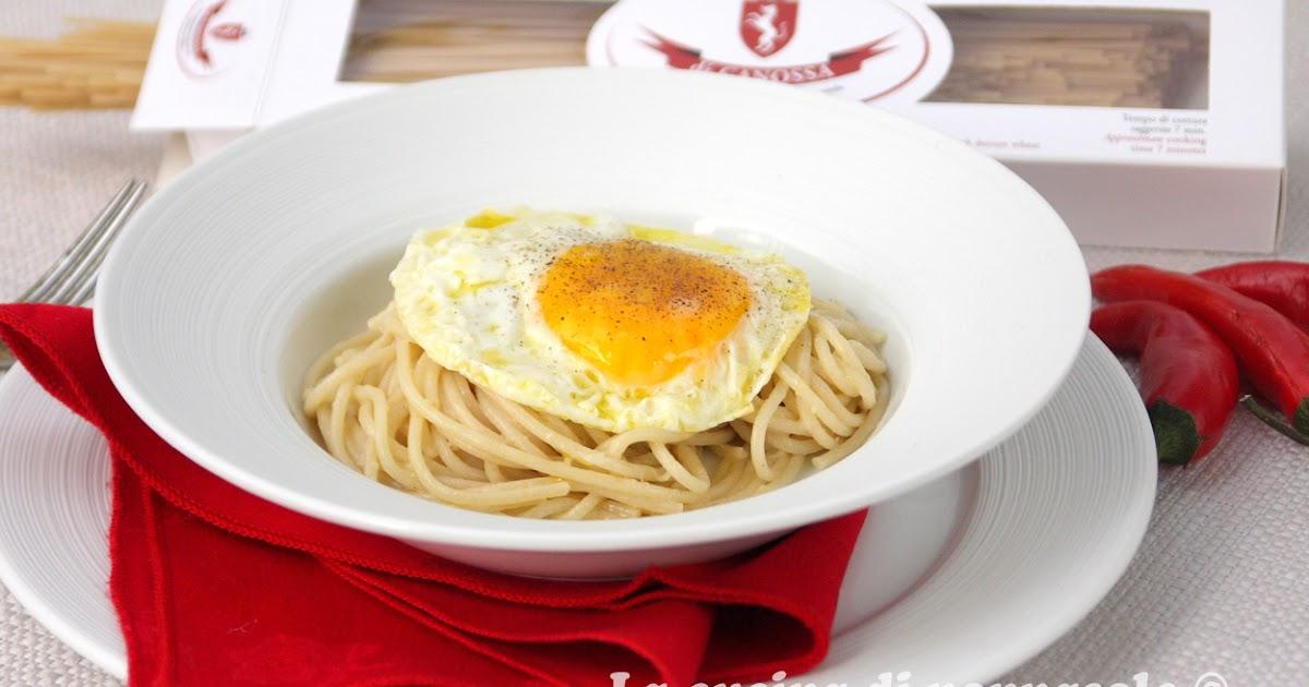 Spaghetti con l'uovo fritto