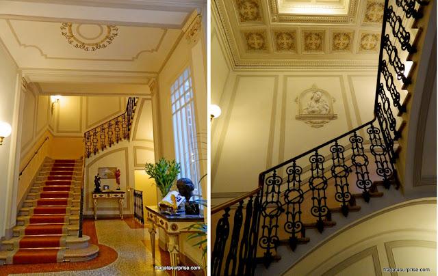 Escadaria do Hotel Corona d'Oro, em Bolonha, Itália