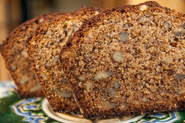 gâteau caméléon aux dattes, noix du Brésil, gingembre et vanille