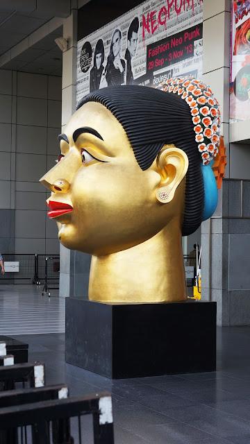 Изображение скульптурной фигуры головы на улице Бангкока