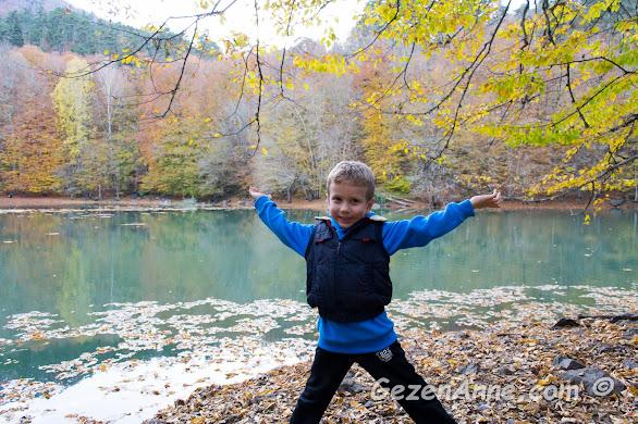 Nazlıgöl kıyısında eğlenen oğlum, Yedigöller Milli Parkı Bolu