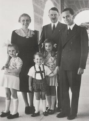 Magda y Joseph Goebbels con sus hijos junto a Hitler