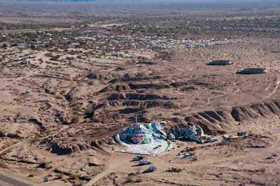 Vista aérea de Slab City y Salvation Mountain