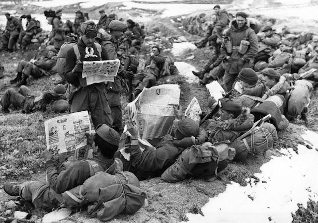 Soldados canadienses leyendo el periódico de su país