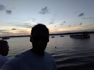 Turista na praia do jacaré, aguardando o por do sol
