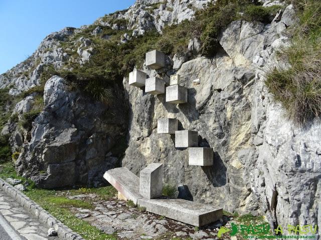 Monolito en los Lagos de Covadonga en recuerdo de víctimas de accidente de helicóptero